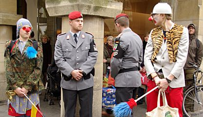 Rebel Clowns Army in Aktion; Foto: bundeswehr-wegtreten.org